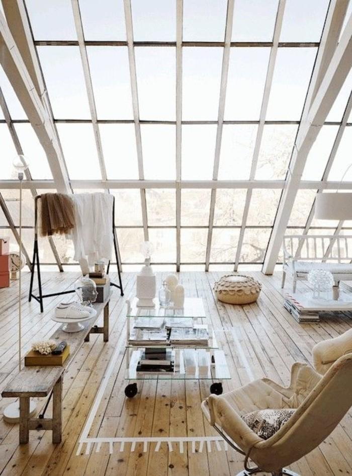 salon-plein-de-lumière-sol-en-planchers-clairs-meubles-de-salon-fenetres-sur-le-plafond