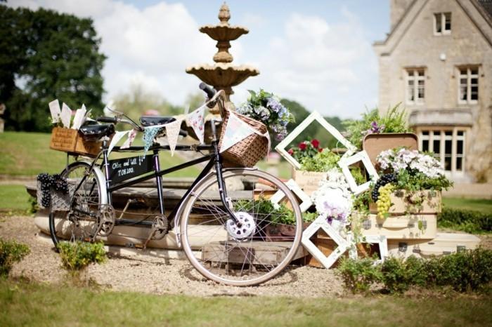 superbe-idée-mariage-déco-voir-le-casquette-vélo-vintage-et-le-bicyclette-basket-fleurie