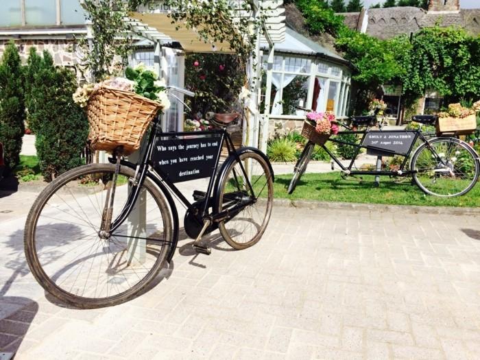 superbe-jardin-voir-le-casquette-vélo-vintage-et-le-bicyclette-basket-fleurie