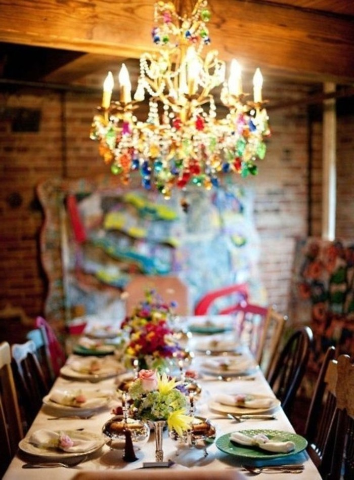 table-a-manger-avec-jolie-decoration-de-table-les-fleurs-de-table-lustres-design-original