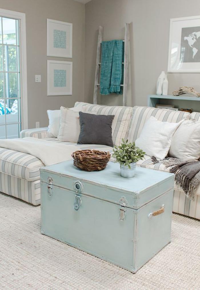 table-basse-coffre-décoration-aux-éléments-bleus
