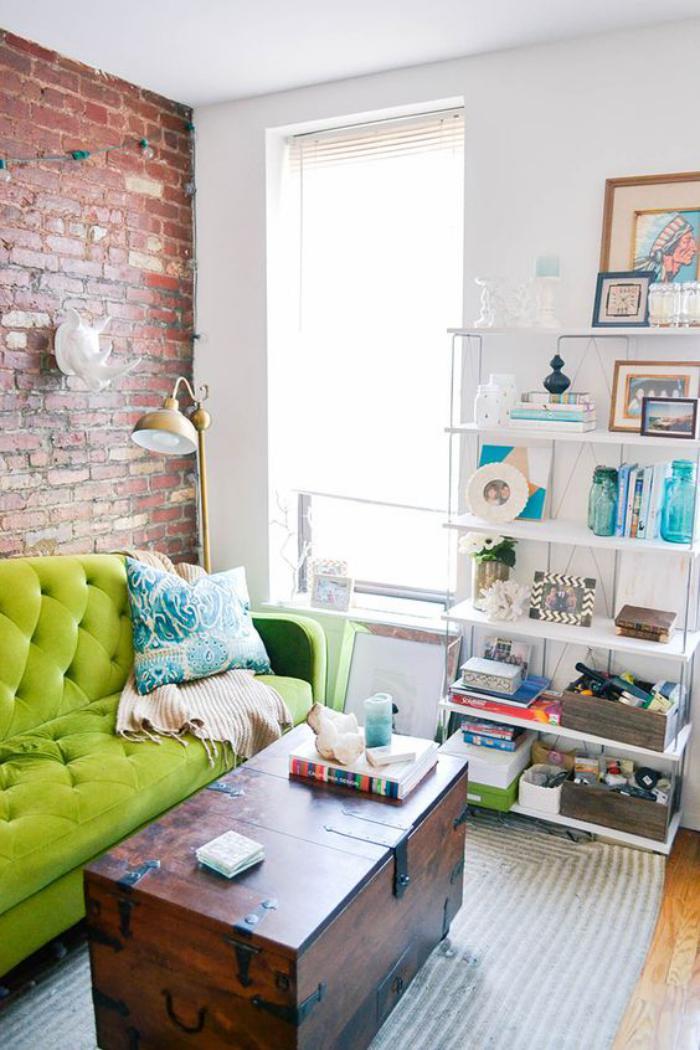 table-basse-coffre-en-bois-et-sofa-vert