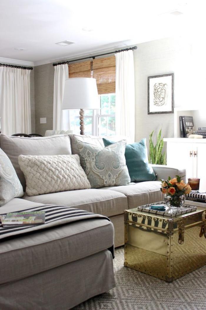 table-basse-coffre-luisante-et-grands-sofas-gris