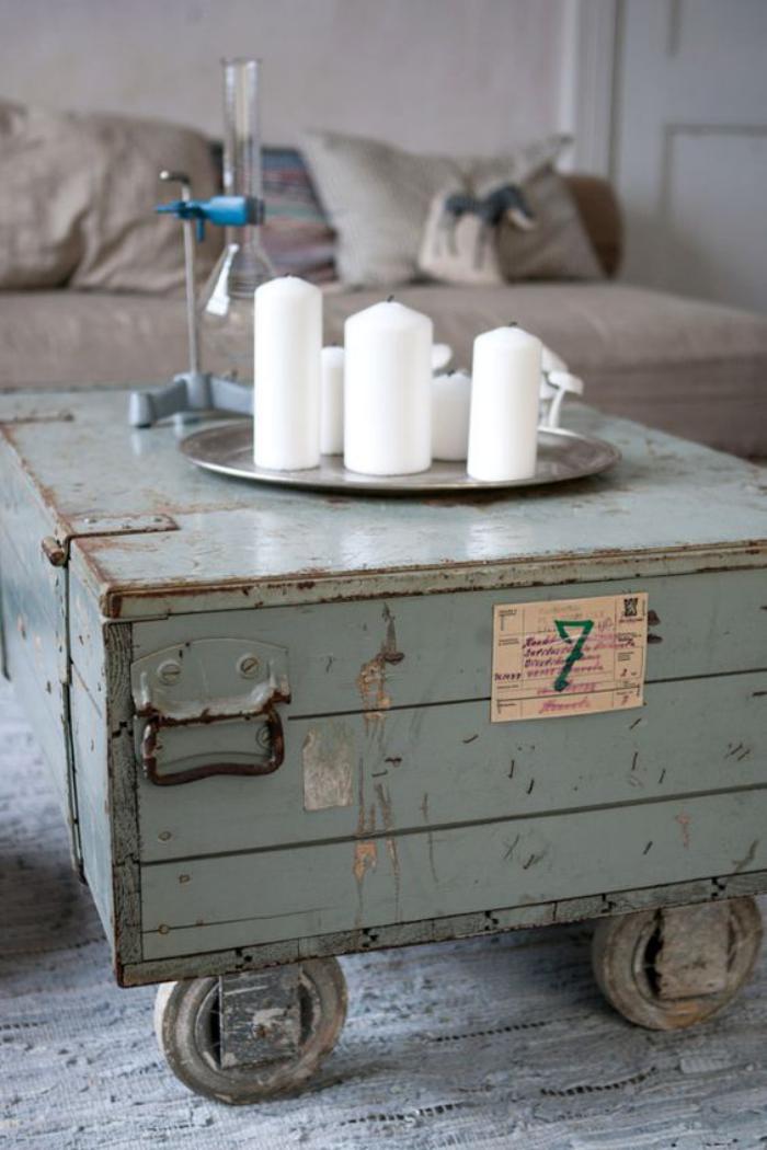 table-basse-coffre-vieil-coffre-peint-bleu-et-bougies-blanches