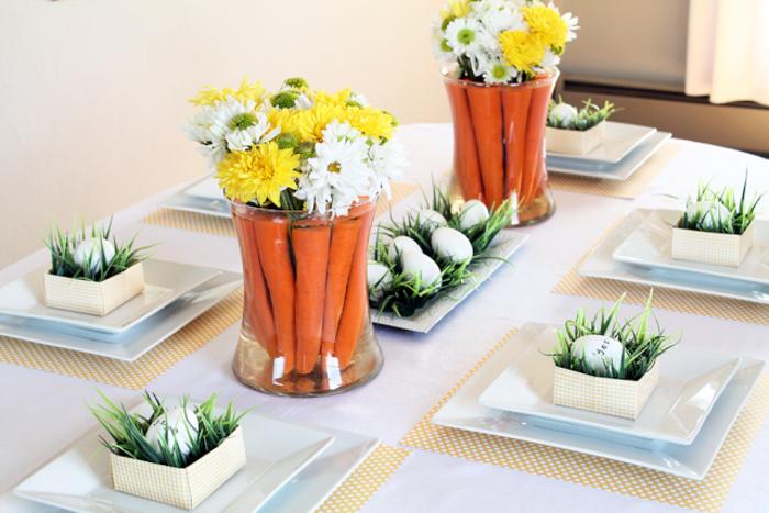 table-bien-décorée-carottes-dans-vases-en-verre-et-fleurs-jolie-décoration