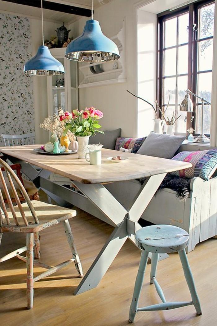 table-de-salle-à-manger-design-en-bois-clair-chaises-de-table-a-mnager-retro-chic