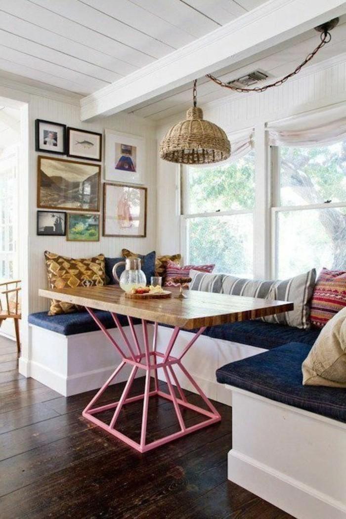 table-design-pour-la-salle-à-manger-sol-en-planchers-en-bois-foncé