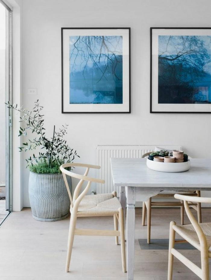 table-salle-a-manger-carree-gris-clair-chaises-en-bois-clair-sol-en-parquet-clair