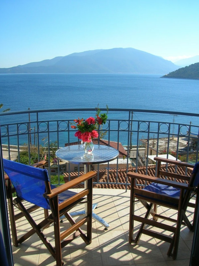 tapis-balcon-deco-petit-balcon-amenagement-petit-balcon- aménager-son-balcon-la-beauté-de-la-mer