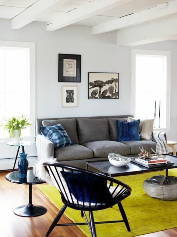 tapis-jaune-dans-le-salon-meubles-de-salon-gris-assortir-les-couleurs-d-intérieur-salon