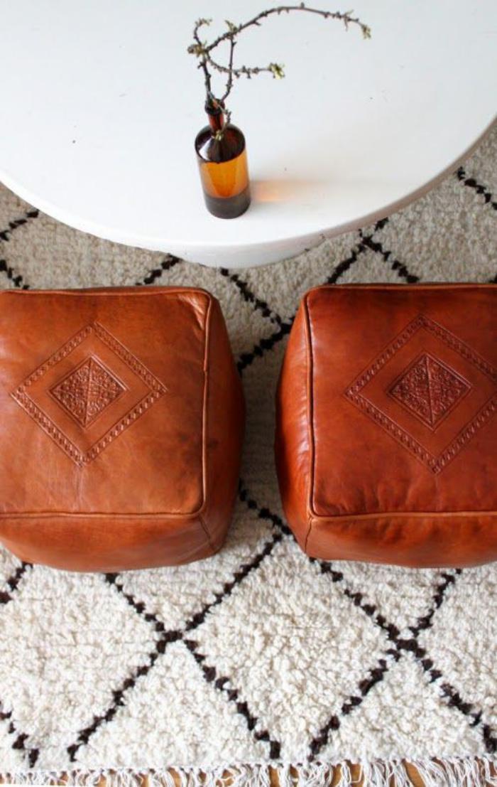 tapis-marocain-beni-ouarin-tapis-poufs-carrés-cuir