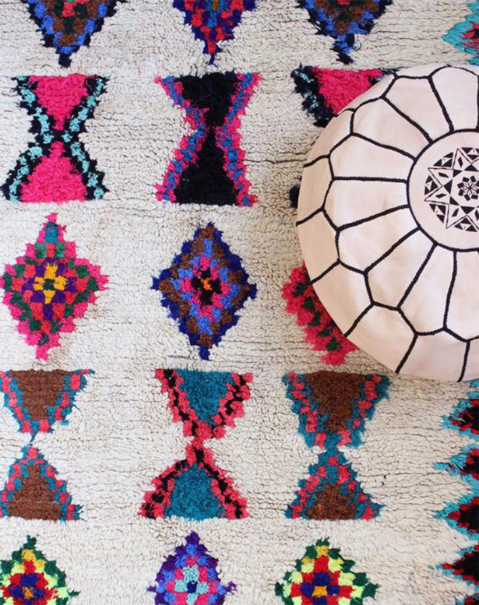tapis-marocain-motifs-colorés-pouf-en-cuir-blanc