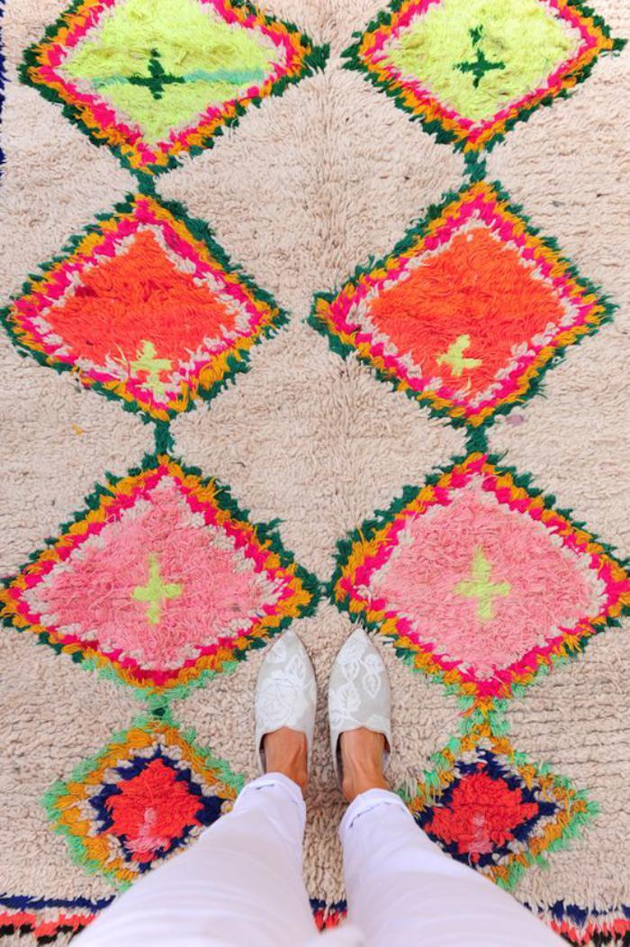 tapis-marocain-motifs-graphiques-en-couleurs-vives