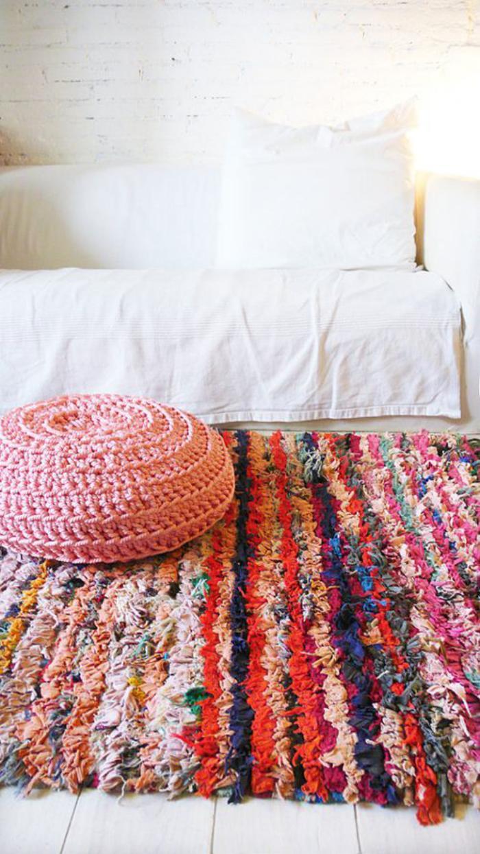 tapis-marocain-rayures-pouf-tricoté-rose