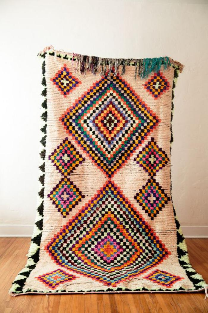 tapis-marocain-richement-décoré-de-motifs-ethniques