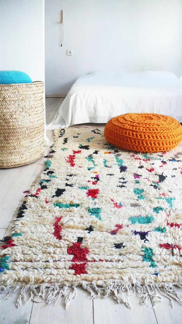 tapis-marocain-sur-un-sol-en-planches-de-bois
