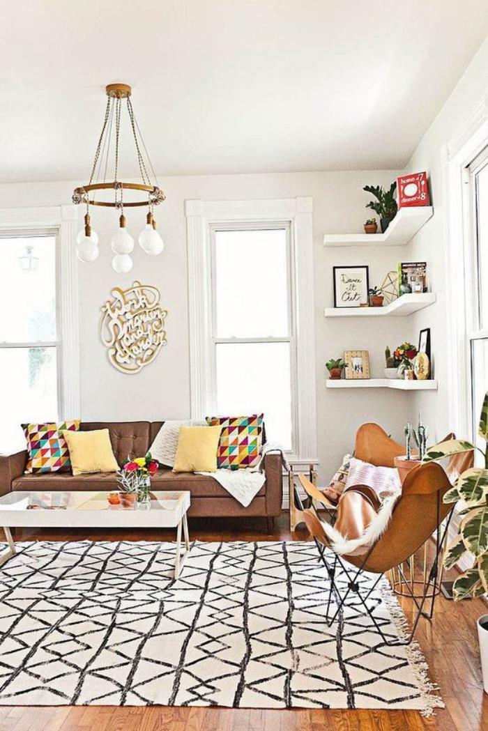 tapis-marocain-table-basse-blanche-et-chaise-papillon