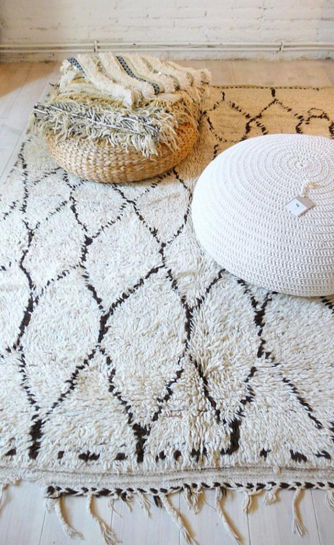 tapis-marocain-tapis-Beni-Ouarin-et-poufs-tricotés
