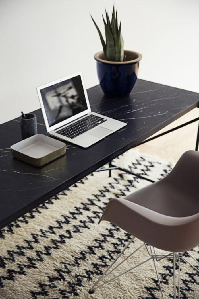 tapis-marocain-un-bureau-de-travail-noir