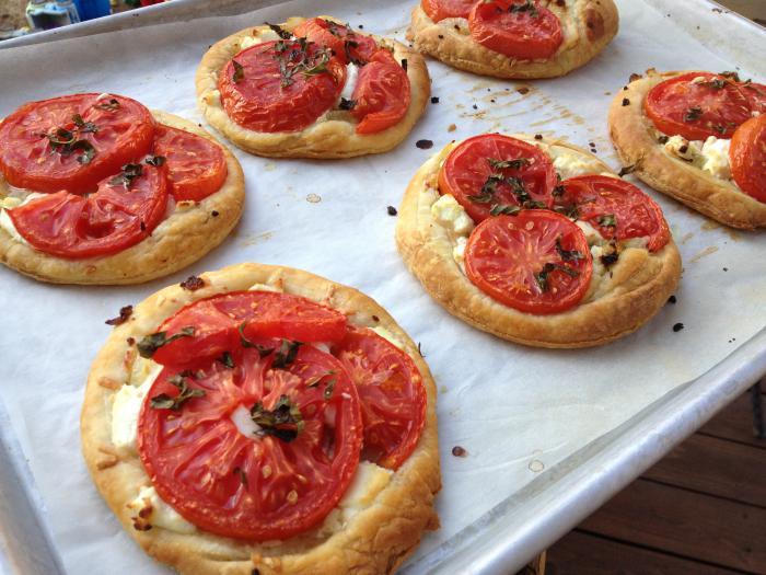 tarte-salée-des-ronds-en-pâte-avec-tomates