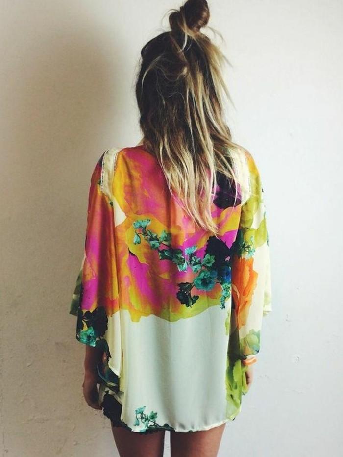 tenue-moderne-coutume-femme-bohème-chic-élégance-quotidienne-dos-coloré