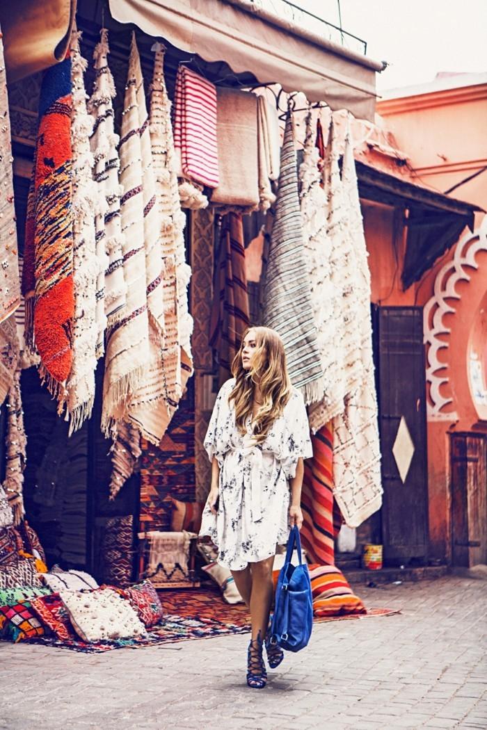 tenue-moderne-coutume-femme-bohème-chic-élégance-quotidienne-marché