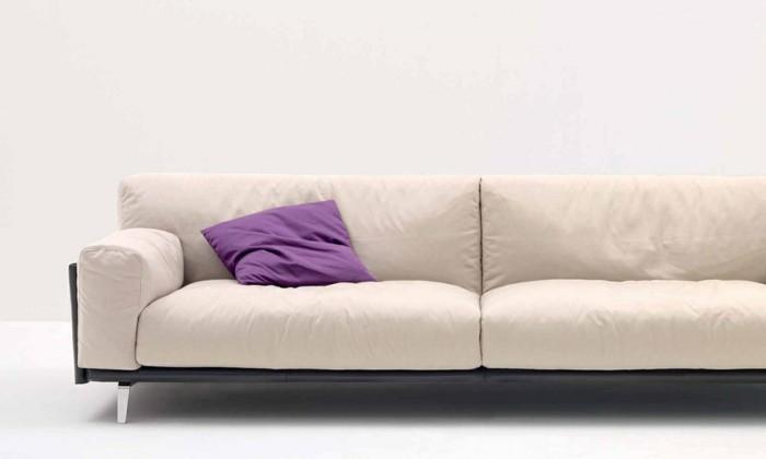 un-autre-joli-canape-de-couleur-beige-coussin-violet-canape-cuir-italien