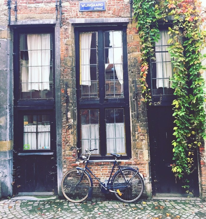 un-batiment-joli-Originale-vélo-d-occasion-pour-la-ville-rouler-à-deux-roux