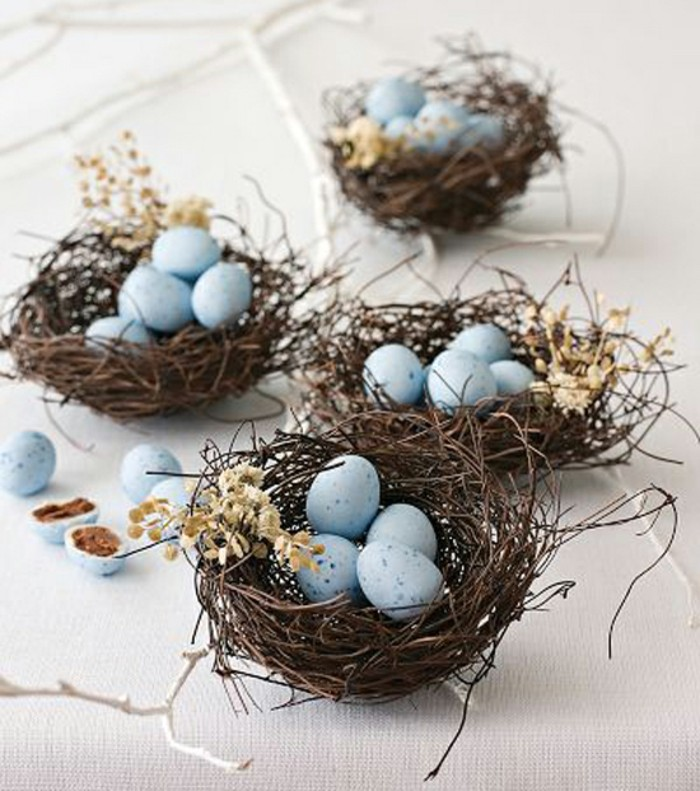 une-activité-manuelle-paques-maternelle-table-de-paques-décoration-nid-avec-oeufs-bleus