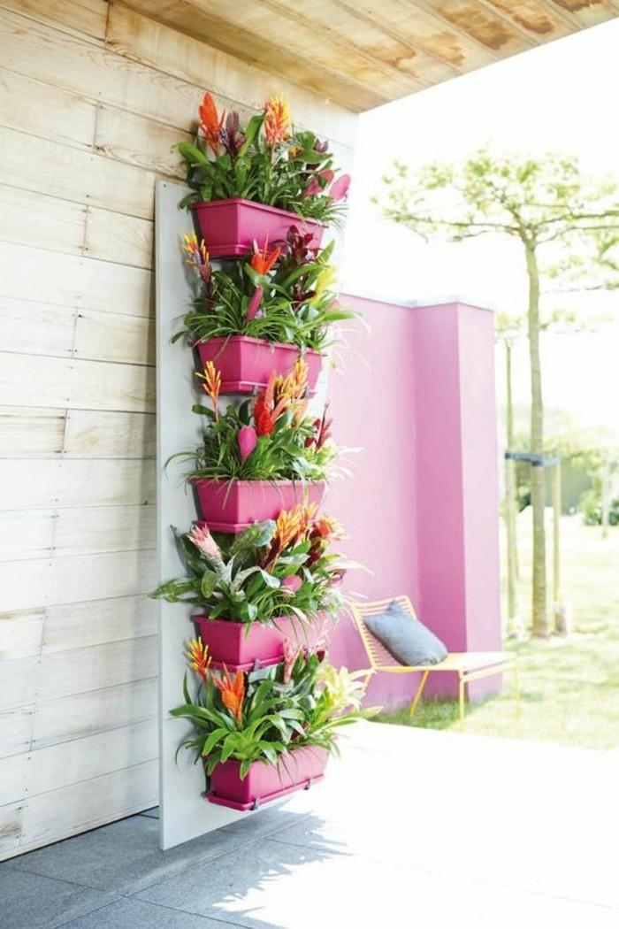 une-autre-jolie-idee-avec-des-fleurs-fleurir-son-balcon-amenagement-balcon-pot-de-fleurs-rose