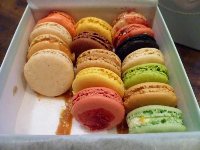 une-boite-délicieuse-de-macarons-idée-cadeau-saint-valentin-femme-qui-aime-la-patisserie
