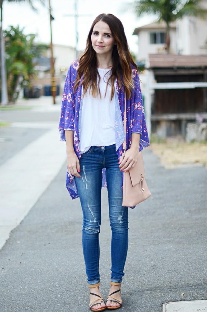 une-idée-tenue-de-jour-la-veste-kimono-femme-moderne-stylée-femme-en-violet-kimono-fleurie