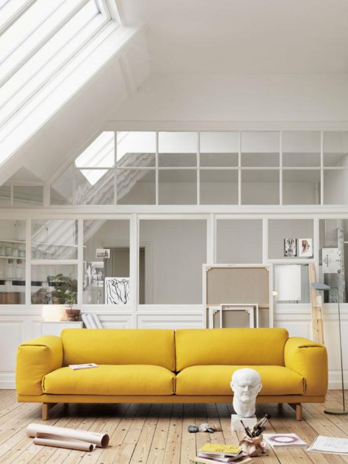 verrière-intérieure-sofa-jaune-cosy-un-intérieur-blanc
