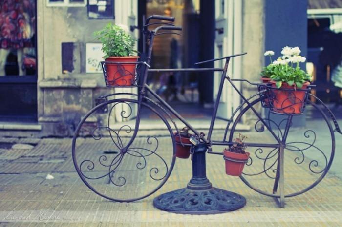 voir-le-casquette-vélo-vintage-et-le-bicyclette-basket-fleurie