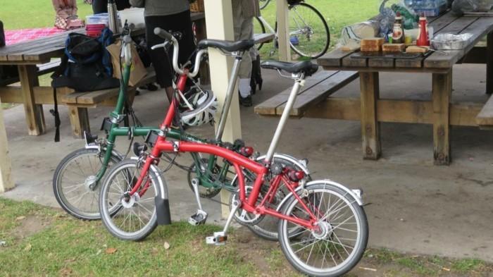 voir-les-bancs-de-bois-originale-vélo-d-occasion-pour-la-ville-rouler-à-deux-roux