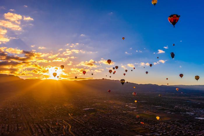 vol-en-montgolfière-image-paradisiaque-survol-de-ballons