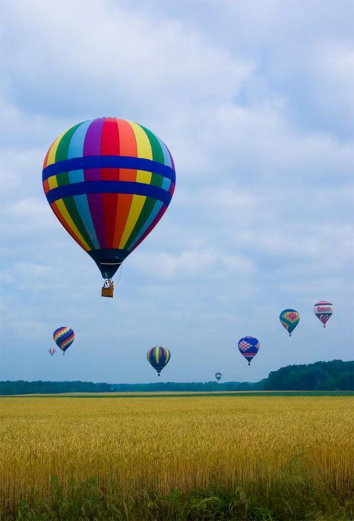 vol-en-montgolfière-au-dessus-d'une-vallée