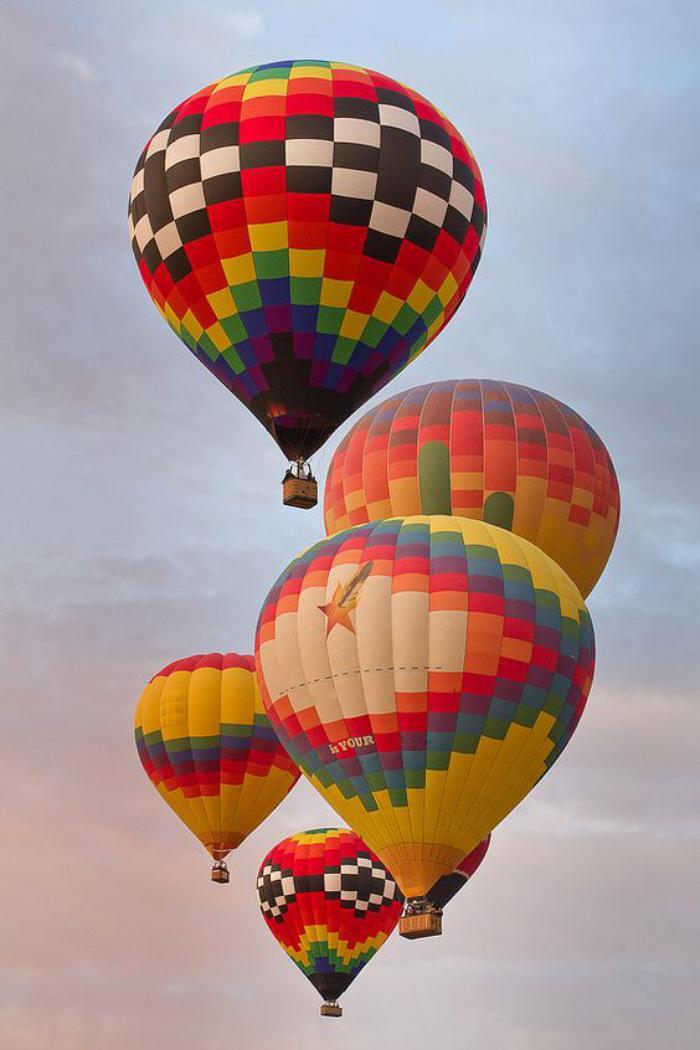 vol-en-montgolfière-ballons-bariolés-volants