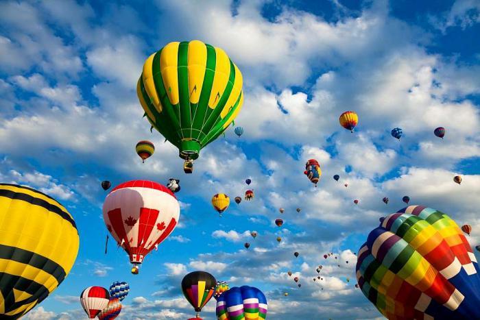 vol-en-montgolfière-ballons-dans-le-ciel-bleu