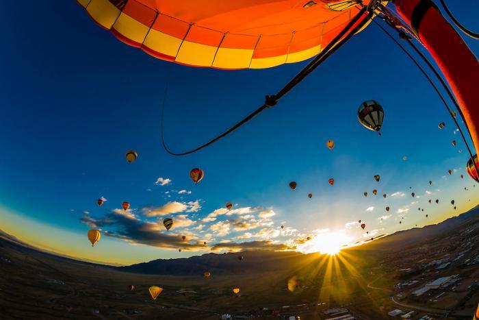 vol-en-montgolfière-paysage-paradisiaque