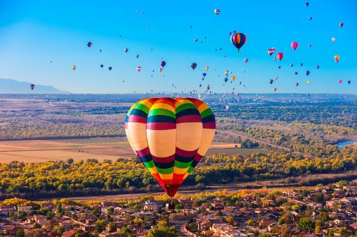 vol-en-montgolfière-paysage-paradisiaque-du-fest-traditionnel-New-Mexico