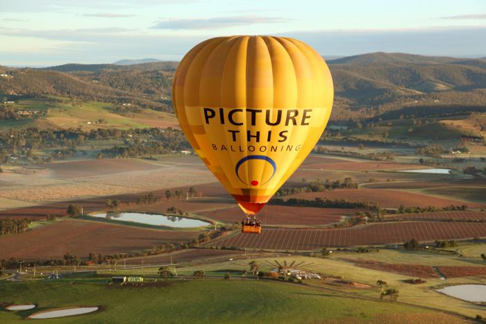 vol-en-montgolfière-survol-ballon-au-dessus-d'une-plaine