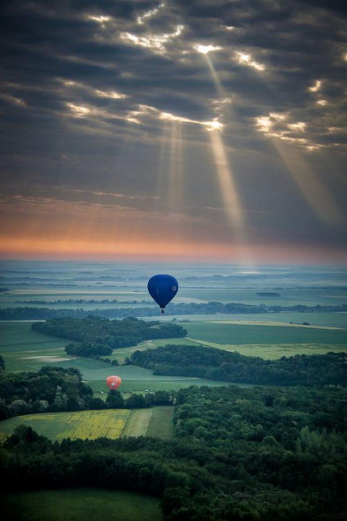 vol-en-montgolfière-tour-en-montgolfière-sous-le-soleil-couchant