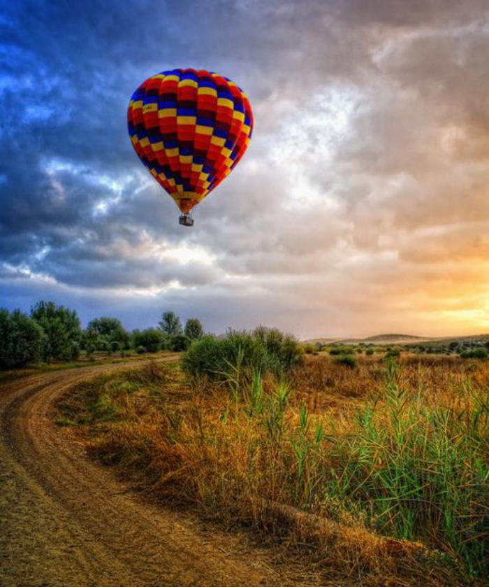 vol-en-montgolfière-un-ballon-solitaire-au-dessus-d'une-plaine-magique