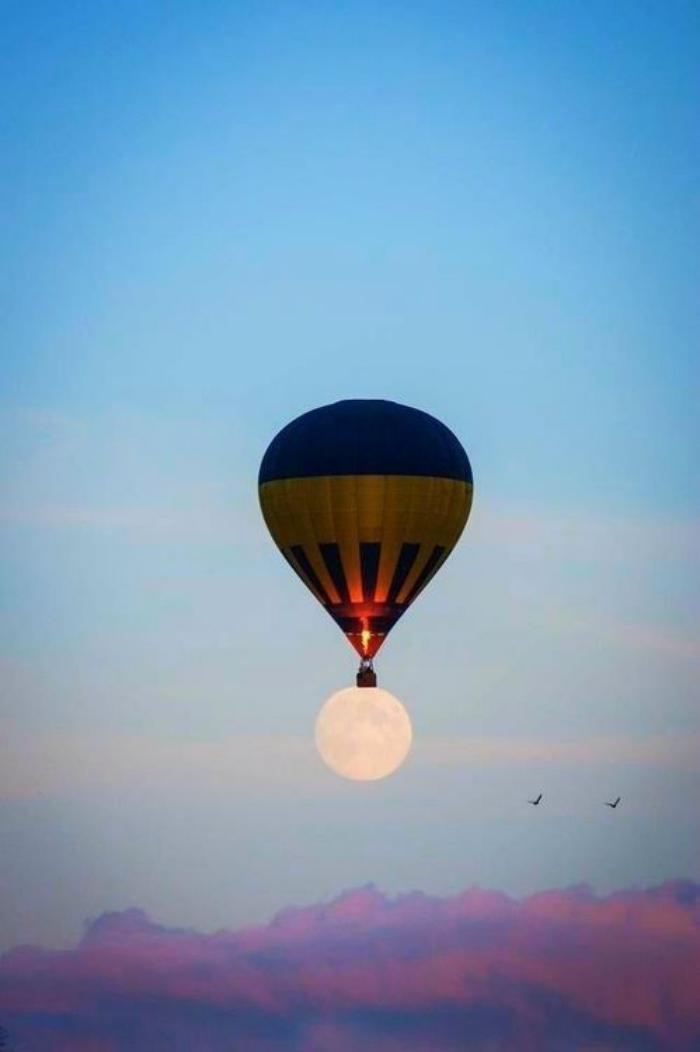 vol-en-montgolfière-un-ballon-volant-et-la-lune