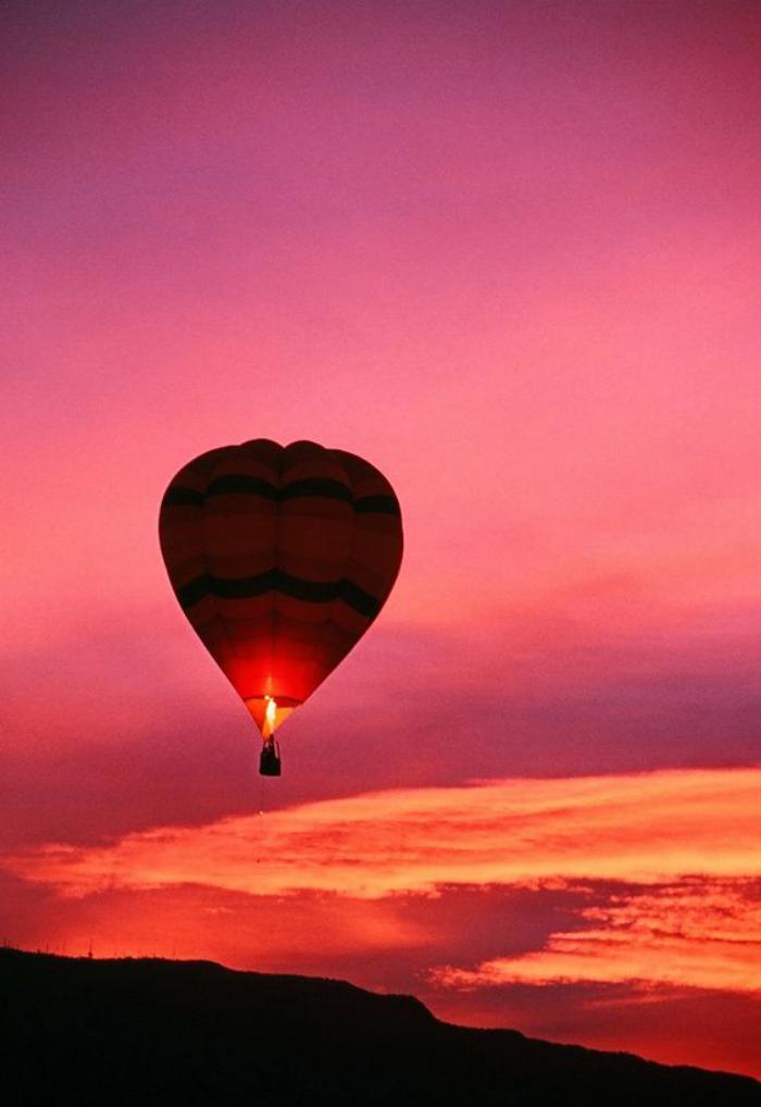 vol-en-montgolfière-une-promenade-aérienne-au-coucher-du-soleil