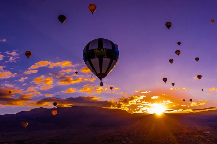 vol-en-montgolfière-paysage-au-lever-du-soleil