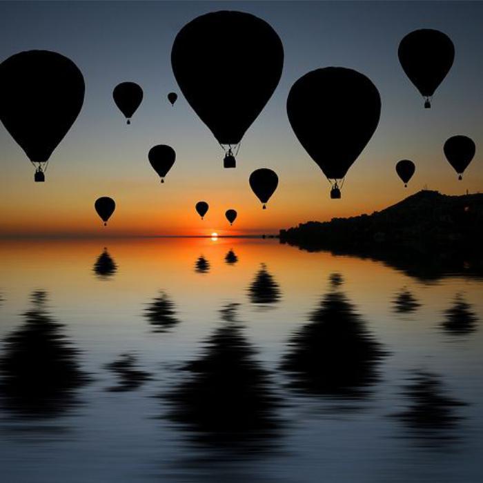 vol-en-montgolfière-multitude-de-ballons-volants-au-coucher-du-soleil