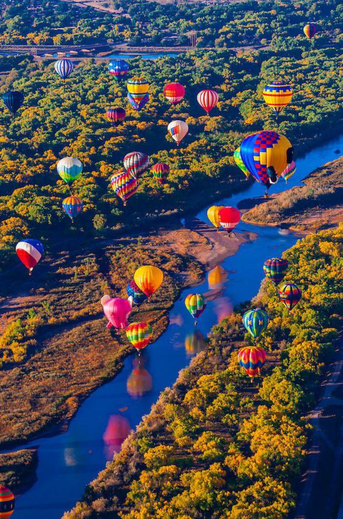 vol-en-montgolfière-tour-en-balloon-au-dessus-de-rivières