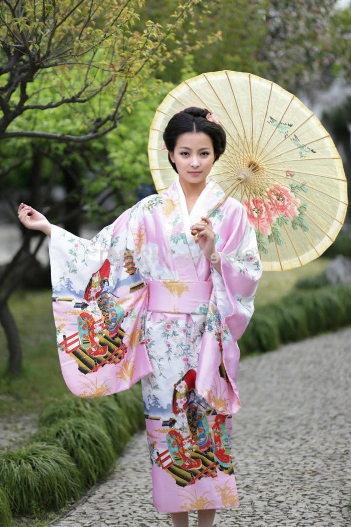 vrai-idee-moderne-de-kimono-japonais-traditionnel-en-rose-par-a-soleil